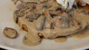 Receta de entrecot con salsa de queso azul y champiñones