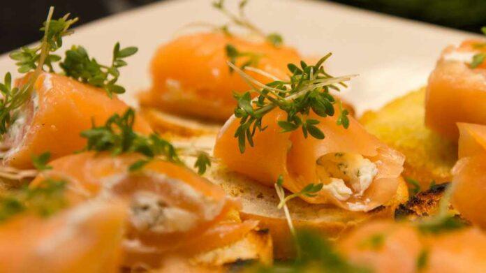 Receta de salmón ahumado con aguacate y surimi
