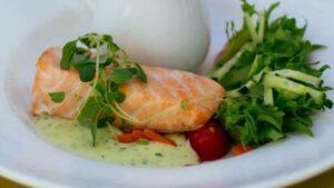 Receta de salmon con salsa de ajo y espinacas